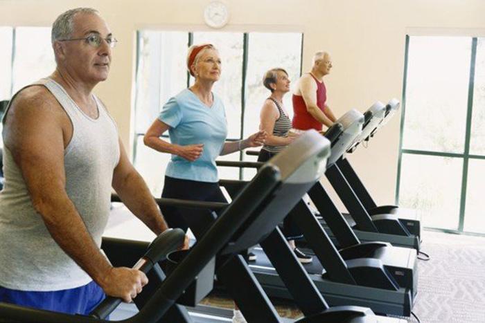 người già tập luyện máy chạy bộ